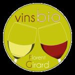 Logo circulaire vert printanier avec deux verres vin rouge et vin blanc.